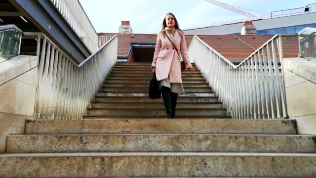 ung kvinna går ner för trapporna - wien österrike bildbanksvideor och videomaterial från bakom kulisserna