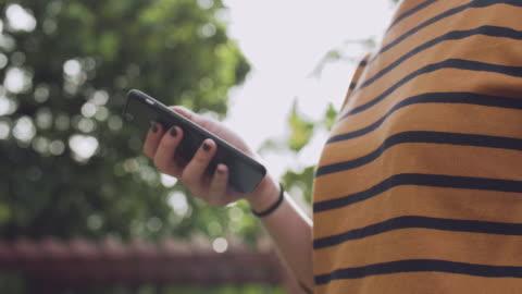 ung kvinna händer hålla kreditkort och använder smart telefon. online shopping - lätt bildbanksvideor och videomaterial från bakom kulisserna