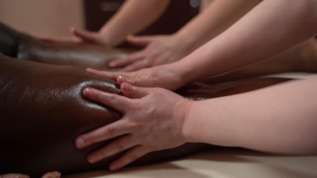 vidéos et rushes de la jeune femme a le massage relaxant de corps - se faire dorloter