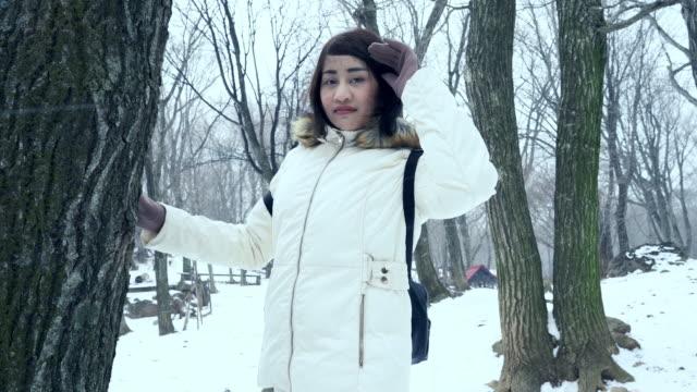 日本で雪遊びを楽しんでいる若い女性 - ウィンターコート点の映像素材/bロール