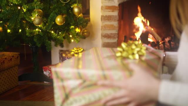 ds ms junge frau, die ein neues handy zu weihnachten - 18 23 monate stock-videos und b-roll-filmmaterial