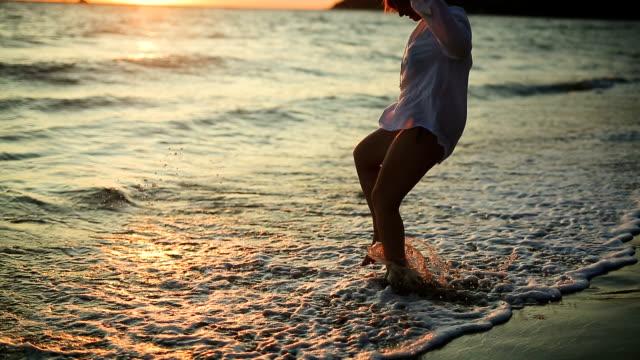 Jonge vrouw plezier op het strand, alleen