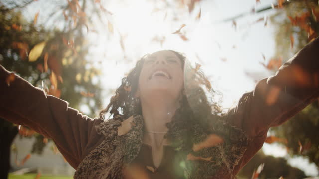 vidéos et rushes de cu sm young woman having fun in the fall leaves - frais