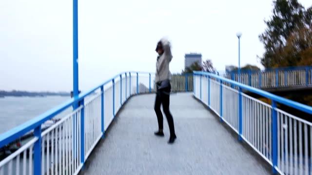 若い女性が楽しんで - 手足点の映像素材/bロール