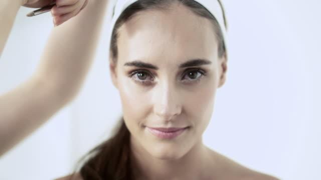 vídeos de stock, filmes e b-roll de young woman having hair styled by hairdresser - cabelo preso