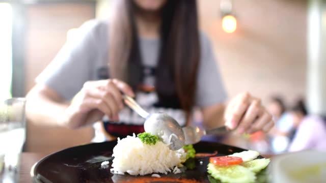 vídeos y material grabado en eventos de stock de mujer joven con un almuerzo en el restaurante cafe. - 16 17 años