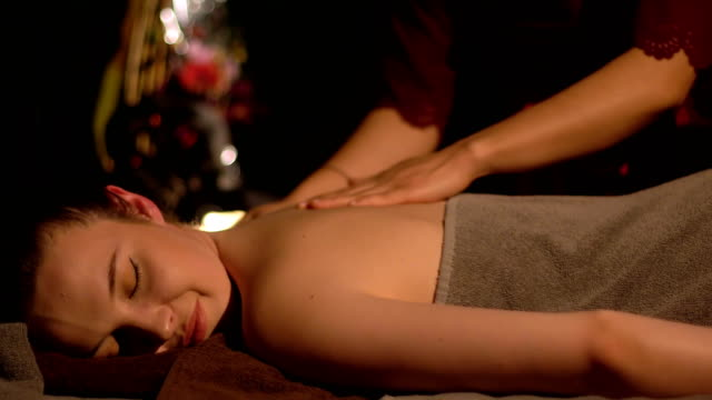 首のマッサージを持つ若い女性 - 人の背中点の映像素材/bロール