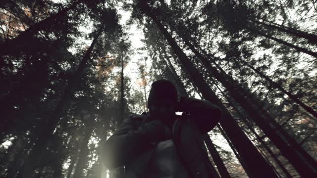 Joven mujer tener un ataque de pánico en el bosque