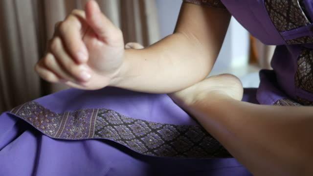 ung kvinna med avkopplande thailändsk massage - lymfsystem bildbanksvideor och videomaterial från bakom kulisserna