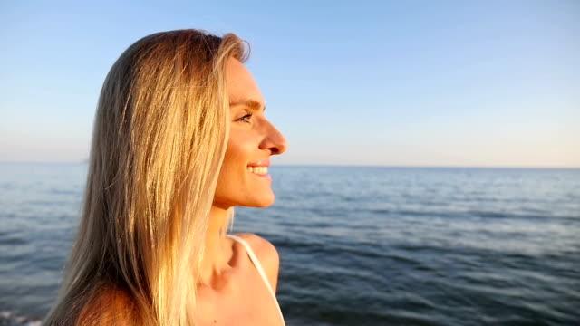 Junge Frau, die Sonne im Gesicht