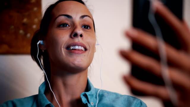vídeos de stock, filmes e b-roll de jovem mulher tendo vídeo chat - câmera de conferência