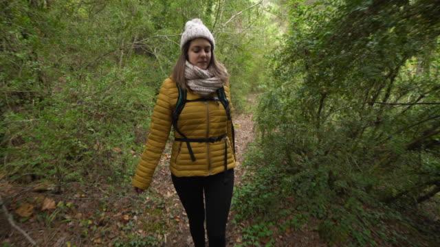 vídeos y material grabado en eventos de stock de young woman hiking forest dolly shot - plano de plataforma rodante