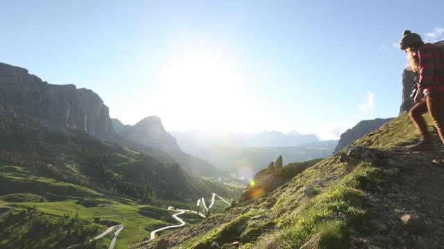 vídeos y material grabado en eventos de stock de a young woman hiking in the dolomite mountains of italy. - una mujer de mediana edad solamente
