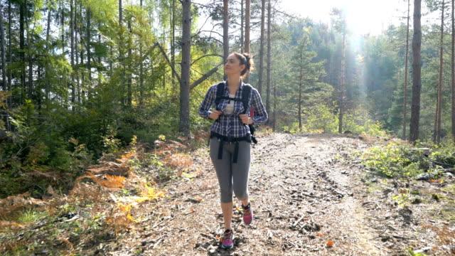 若い女性の森林のハイキング - ハイキング点の映像素材/bロール
