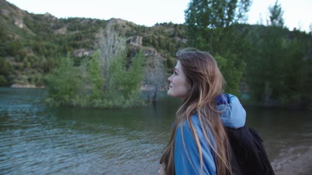 young woman hiking in the mountains - endast unga kvinnor bildbanksvideor och videomaterial från bakom kulisserna