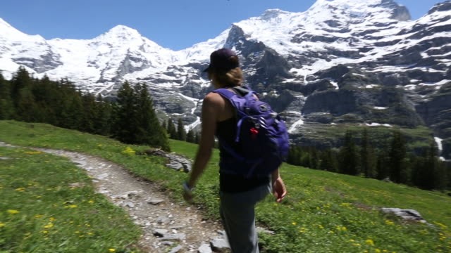 vídeos y material grabado en eventos de stock de a young woman hiking in the swiss alps. - una mujer de mediana edad solamente