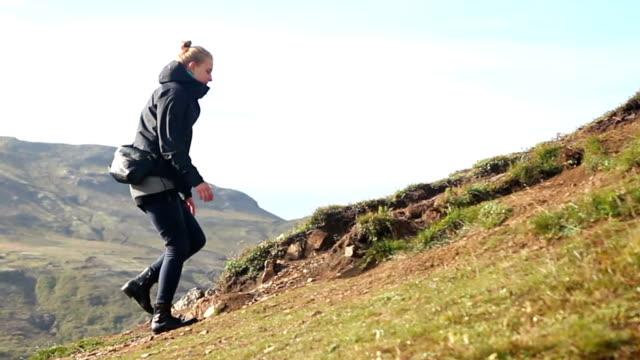 vídeos de stock, filmes e b-roll de jovem e mulher caminhadas na montanha na islândia - gêiser strokkur