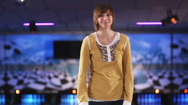 vídeos y material grabado en eventos de stock de young woman holding a green bowling ball at a bowling alley - sólo mujeres jóvenes
