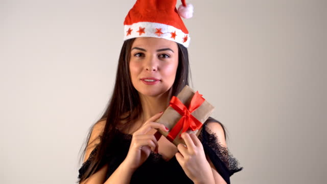 4k young woman geschenk-box in den händen halten. - weihnachtsmütze stock-videos und b-roll-filmmaterial