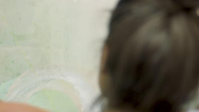 vídeos de stock, filmes e b-roll de young woman holding - coque cabelo para cima