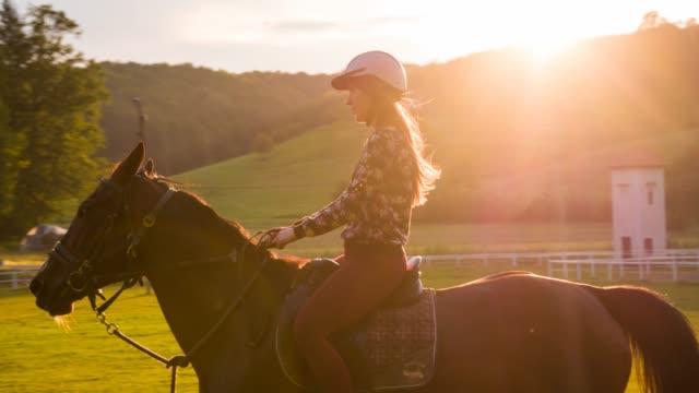 Junge Frau Reiten im Sonnenuntergang