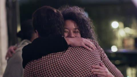 vídeos y material grabado en eventos de stock de ms slo mo. young woman hugs and laughs with friends at rooftop party. - tejado