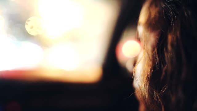 junge frau in einem auto - sturm frau stock-videos und b-roll-filmmaterial