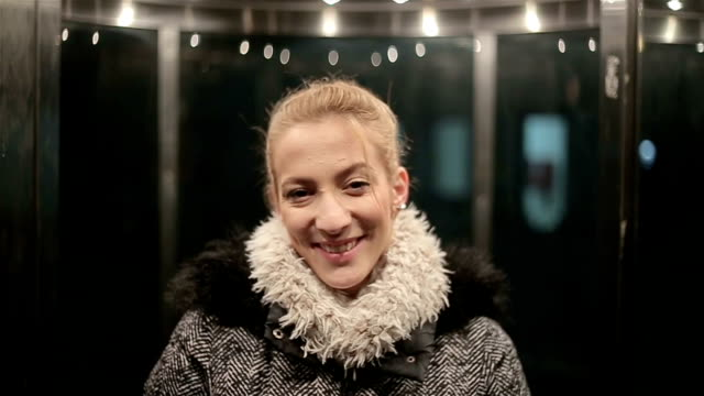 、エレベーターの中で若い女性をクローズ アップ - 金髪点の映像素材/bロール
