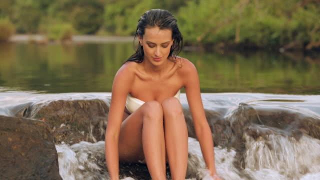 vidéos et rushes de young woman in bikini enjoying at waterfall, athirappilly, kerala, india - seulement des jeunes femmes