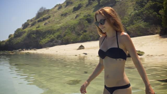Junge Frau im Bikini zu Fuß in den Ozean