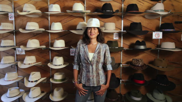 stockvideo's en b-roll-footage met ms young woman in cowboy hat store / santa fe, new mexico, united states - cowboyhoed