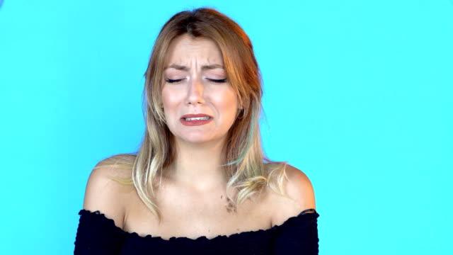 vidéos et rushes de 4k jeune femme en dépression commence à pleurer - rupture