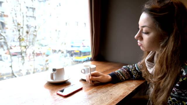 vídeos y material grabado en eventos de stock de jovencita en depresión - incertidumbre