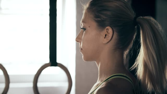 young woman in gym - coda di cavallo video stock e b–roll