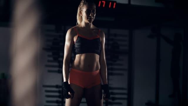 vidéos et rushes de jeune femme dans la salle de sport - quête de beauté