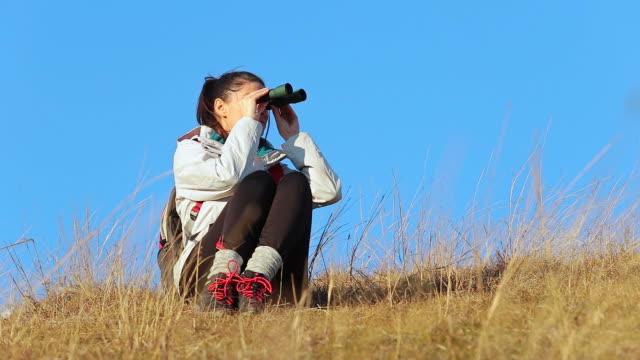 Jonge vrouw in het verkennen van de natuur.