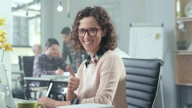 vidéos et rushes de jeune femme dans le bureau - collègue de bureau