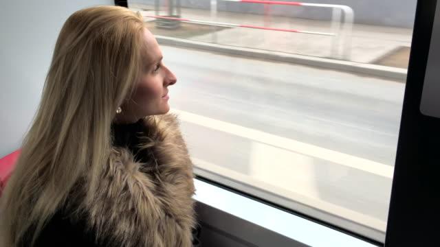 junge frau in den öffentlichen verkehrsmitteln - weibliche angestellte stock-videos und b-roll-filmmaterial