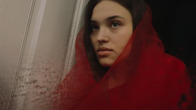 stockvideo's en b-roll-footage met young woman in red reflected in mirror - natuurlijk haar