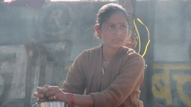 vídeos de stock, filmes e b-roll de ms young woman in sesame mill / pala, rajasthan, india - sesame