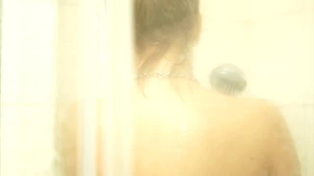 若い女性はシャワー - 浴室点の映像素材/bロール