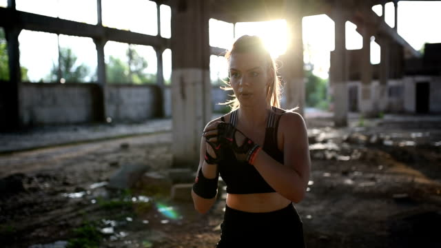 vídeos de stock e filmes b-roll de young woman in sportswear training on open air. - só mulheres jovens