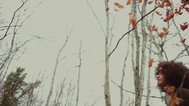 junge frau in die herbstlichen wälder - teenage girls stock-videos und b-roll-filmmaterial