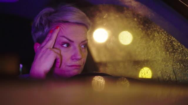 vídeos de stock, filmes e b-roll de jovem no carro à noite - engarrafamento