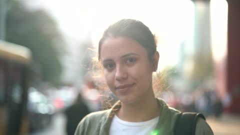 junge frau in der stadt-portrait - one person stock-videos und b-roll-filmmaterial