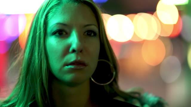 若い女性の都市 - 見つめる点の映像素材/bロール