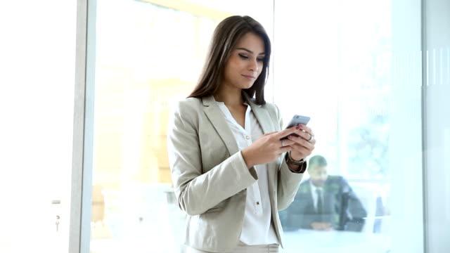 ung kvinna på kontoret - tjänstekvinna bildbanksvideor och videomaterial från bakom kulisserna