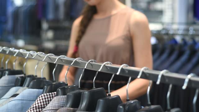 Junge Frau in die shopping mall.