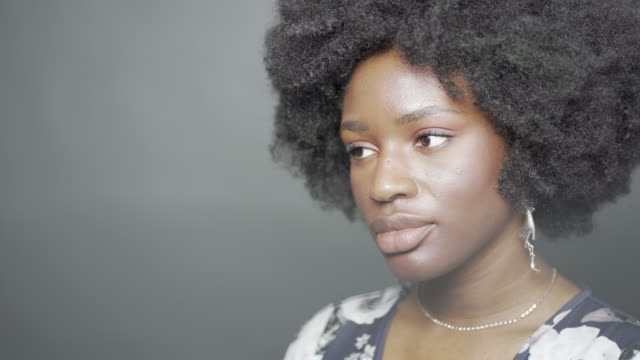 vídeos de stock e filmes b-roll de a young woman in the studio with natural hair - cultura jovem