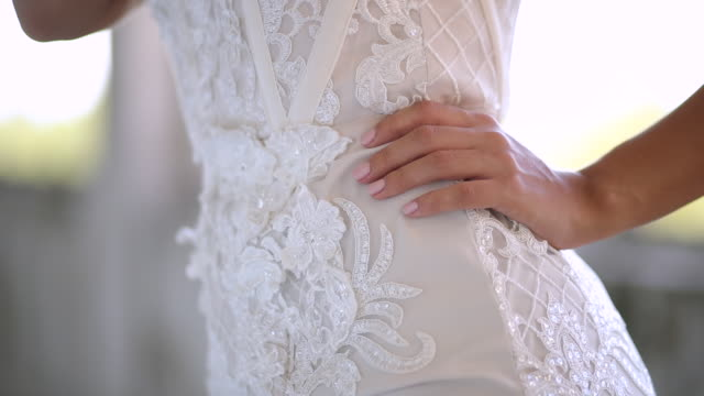stockvideo's en b-roll-footage met jonge vrouw in witte elegante en luxe lange kleding - avondjurk